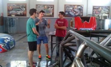 Juan Martín Bruno visitó el taller del UR Racing en Tandil
