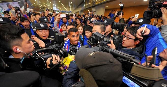 Tevez llegó a China y fue recibido por una multitud