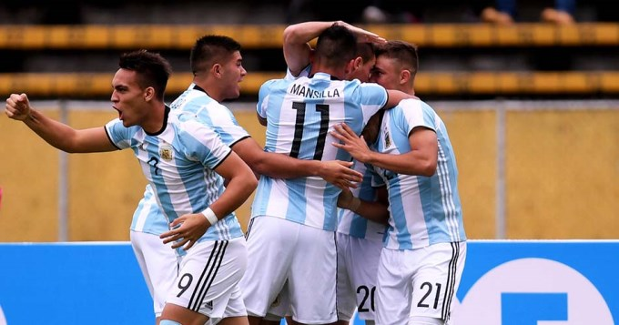 Argentina ganó con lo justo y sigue con chance mundialista
