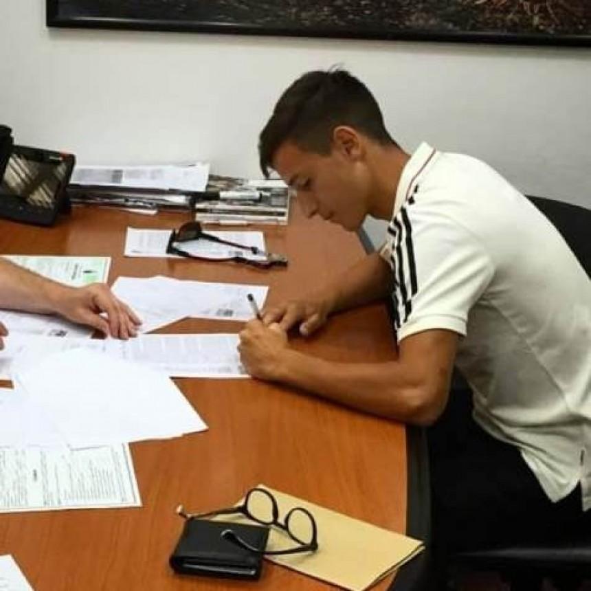 Martín Lombardi firmó su primer contrato como jugador profesional