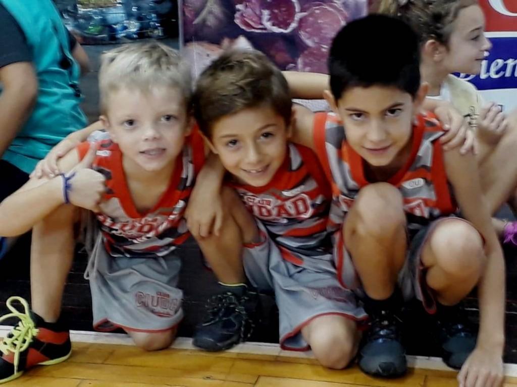Ciudad jugó con Sportivo en Minibasquet
