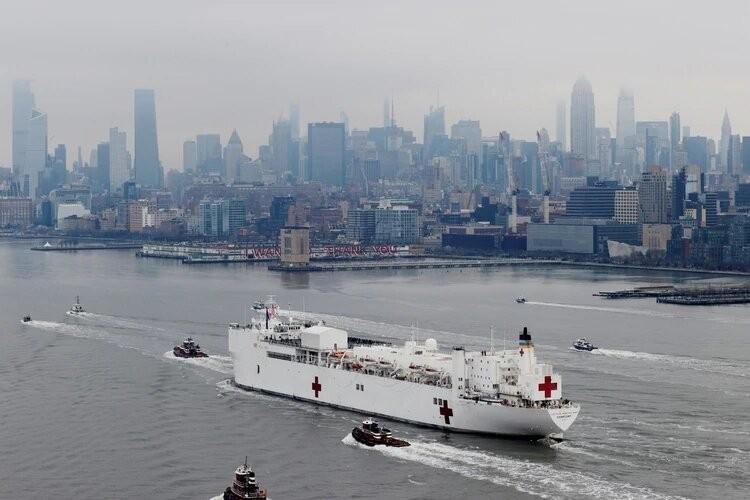 Llegó a Nueva York el buque hospital USNS Comfort para ampliar la capacidad de respuesta de la ciudad al coronavirus