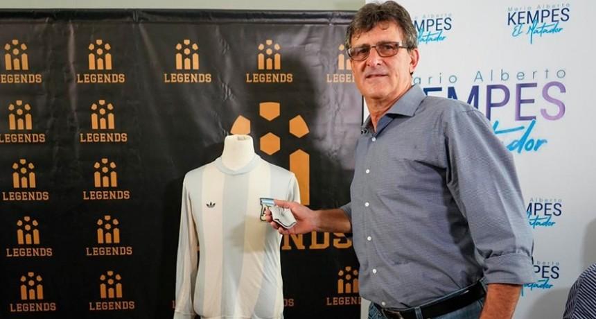 Kempes se reencontró con su camiseta campeona del mundo en 1978 después de 42 años