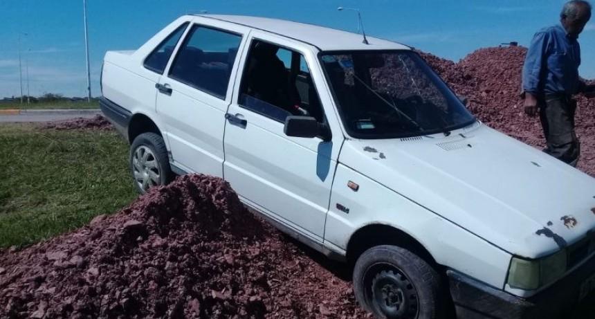 Un auto quedó atascado al intentar burlar un acceso a Olavarría