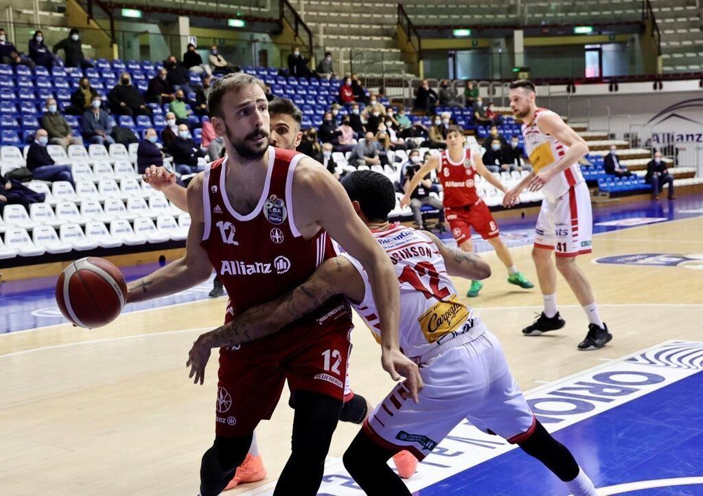 Gran juego de Marcos Delía en la victoria ante el Pesaro
