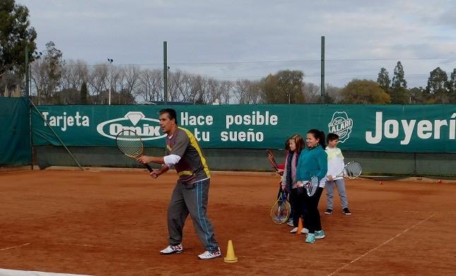 La Subsecretaria de Deportes organizó Clínica de Tenis en el club Huracán