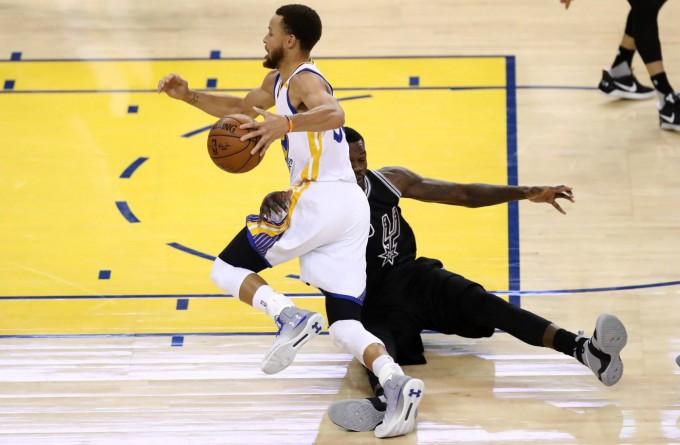 Los Warriors aplastaron a los Spurs (136-100)