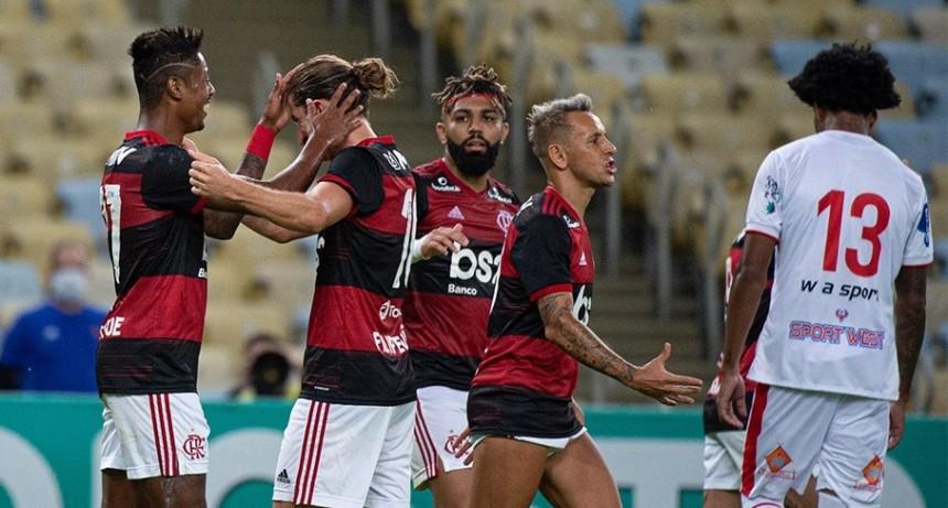 Volvió el fútbol en Brasil con goleada del campeón Flamengo