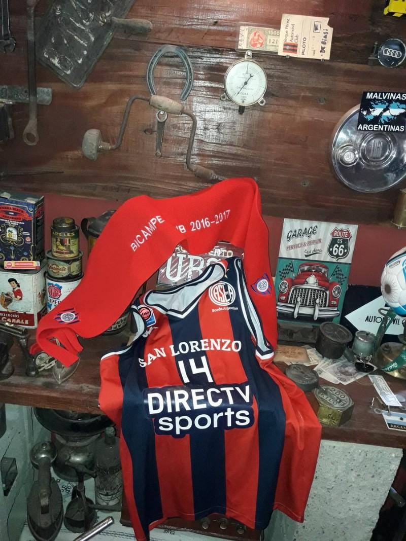 Recibimos la camiseta del campeón de la Liga Nacional de Basquet