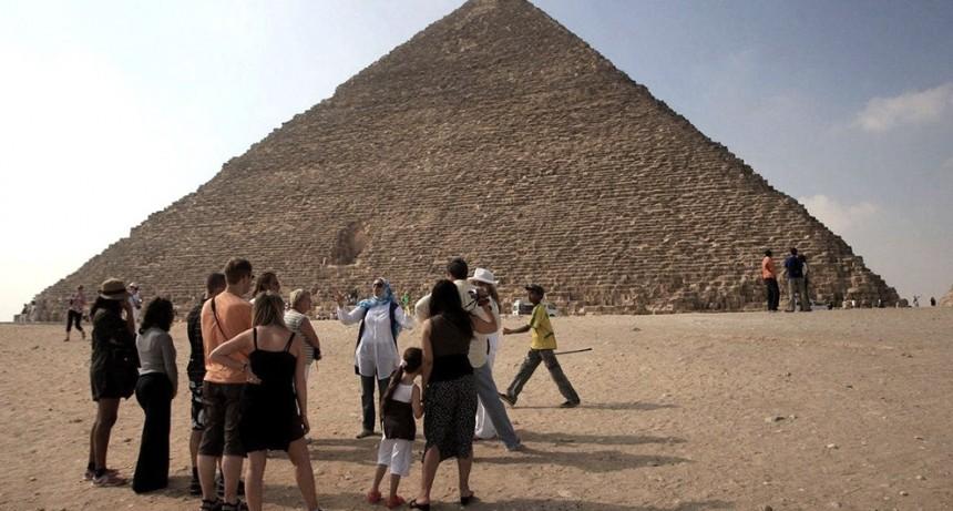 Egipto reabre aeropuertos, museos y la pirámide de Giza tras su cierre por el coronavirus