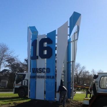 Se coloco el monumento en homenaje al Vasco Olarticoechea