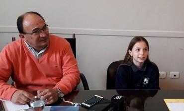 José Luis Salomón recibió a la joven basquetbolista Belén Rojas