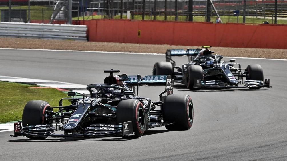 Hamilton cruzó la meta con una goma pinchada y ganó por séptima vez el GP británico