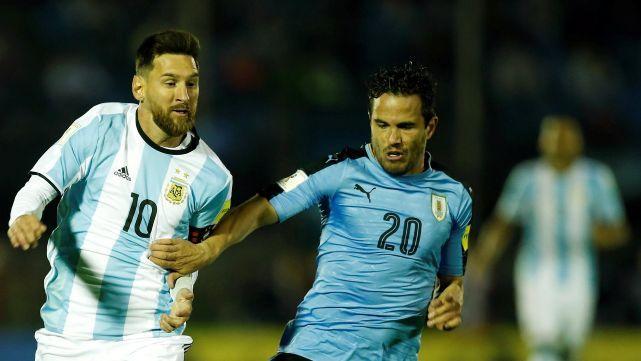Argentina empató en Montevideo y sigue en repechaje