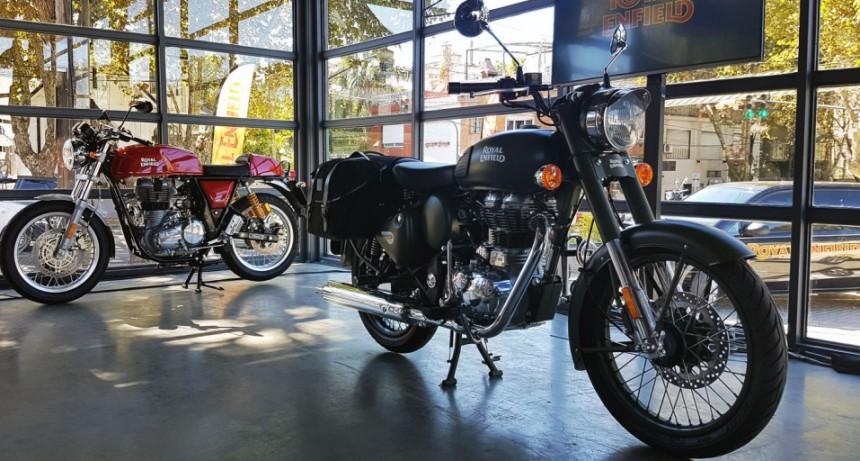 Alberto Fernández visita Campana por el lanzamiento de la producción de motos Royal Enfield