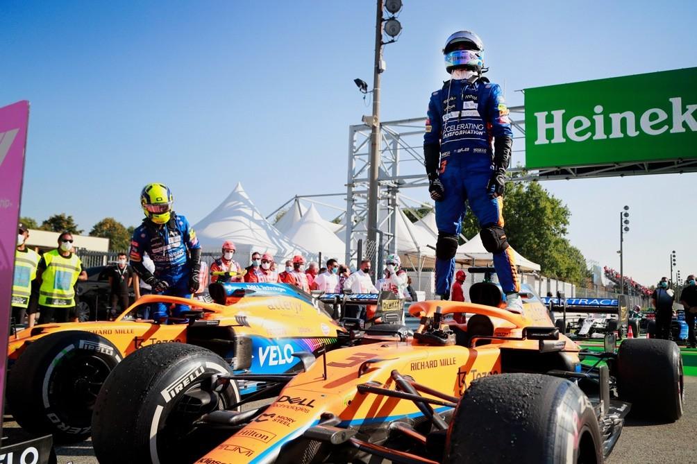 Ricciardo aprovechó el choque entre Hamilton y Verstappen y ganó el Gran Premio de Italia
