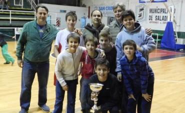 Ciudad de Saladillo recibió el trofeo de campeón en Minibasquet y subcampeón  en sub15