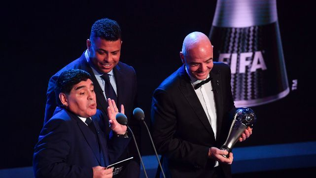 Diego le entregó el premio a Cristiano