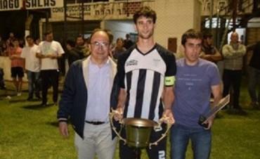 José Luis Salomón entregó la copa en la final del Torneo Clausura