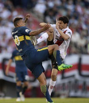 Nacho Fernández pegó un patadón y vio la roja
