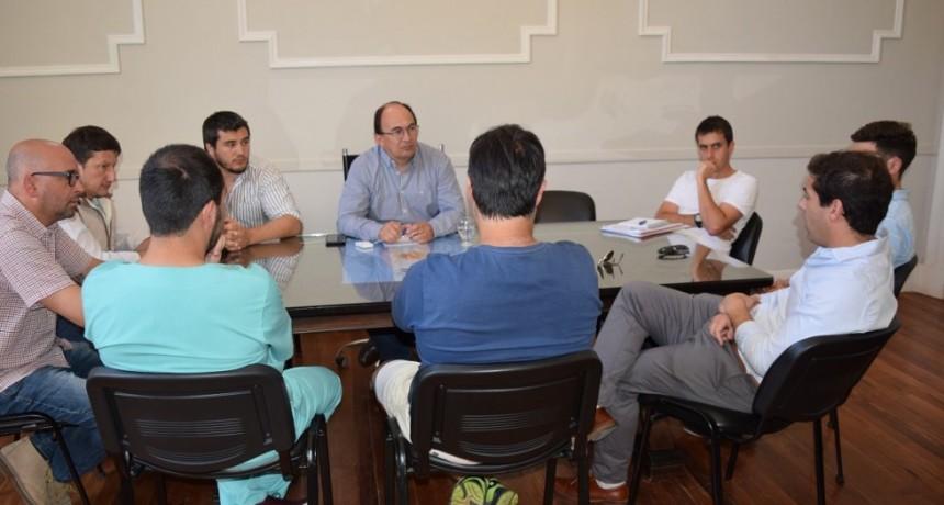 Intendente y comisión del club Apeadero se reunieron en el Palacio Municipal