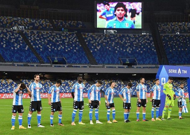 """Camiseta con los colores de Argentina y flores para """"El Rey"""": el homenaje del Napoli a Maradona"""