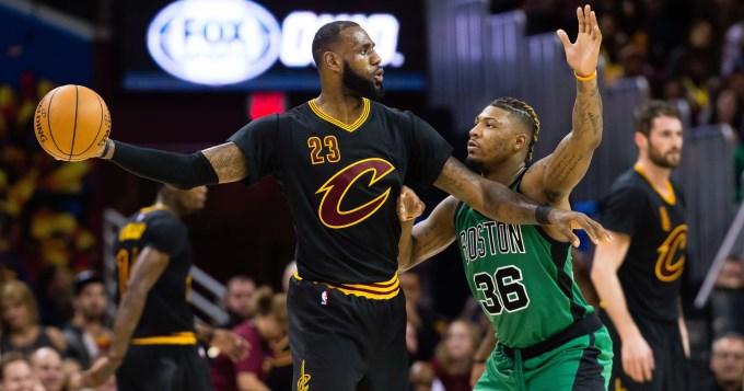 Irving, Love y Lebron guían a los Cavaliers a otro triunfo