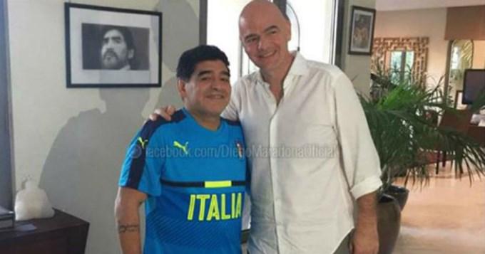 Maradona recibió en su casa al presidente de la FIFA