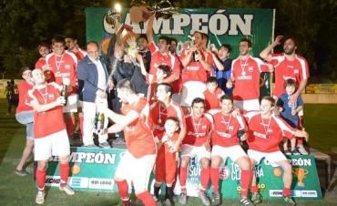 Salomón entregó la copa del Torneo Clausura a La Lola