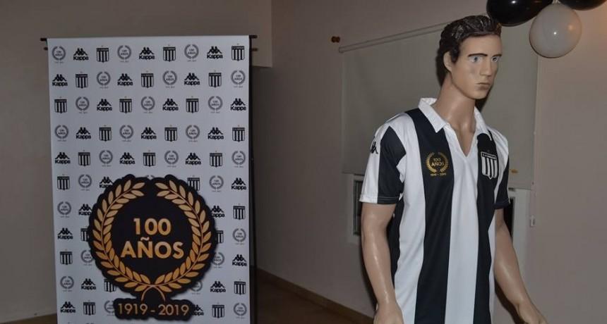 """Huracán presentó la """"Camiseta del Centenario"""""""