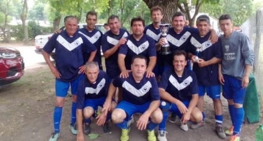 Salomón entregó copas en la final del Torneo de veteranos